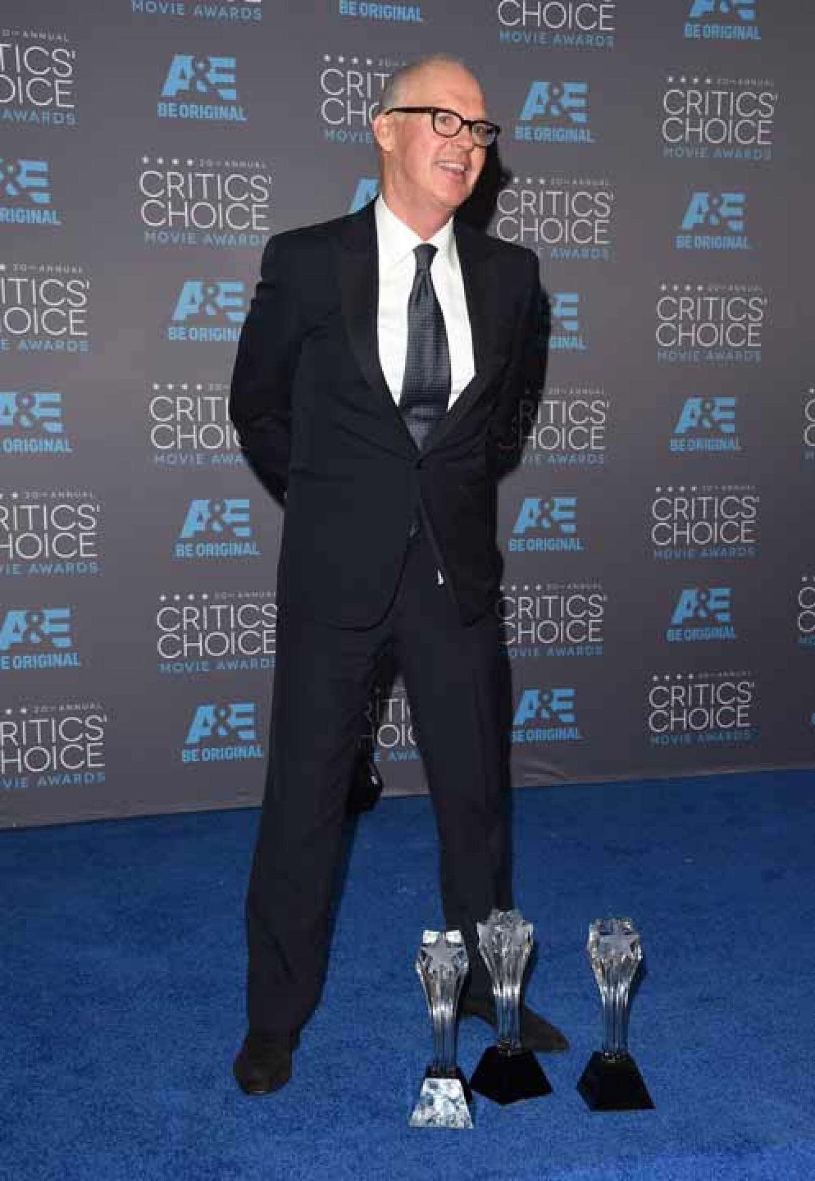 Michael Keaton abrió la noche al recibir el primer premio como Mejor Actuación en Conjunto, y posteriormente presumió todos sus trofeos.