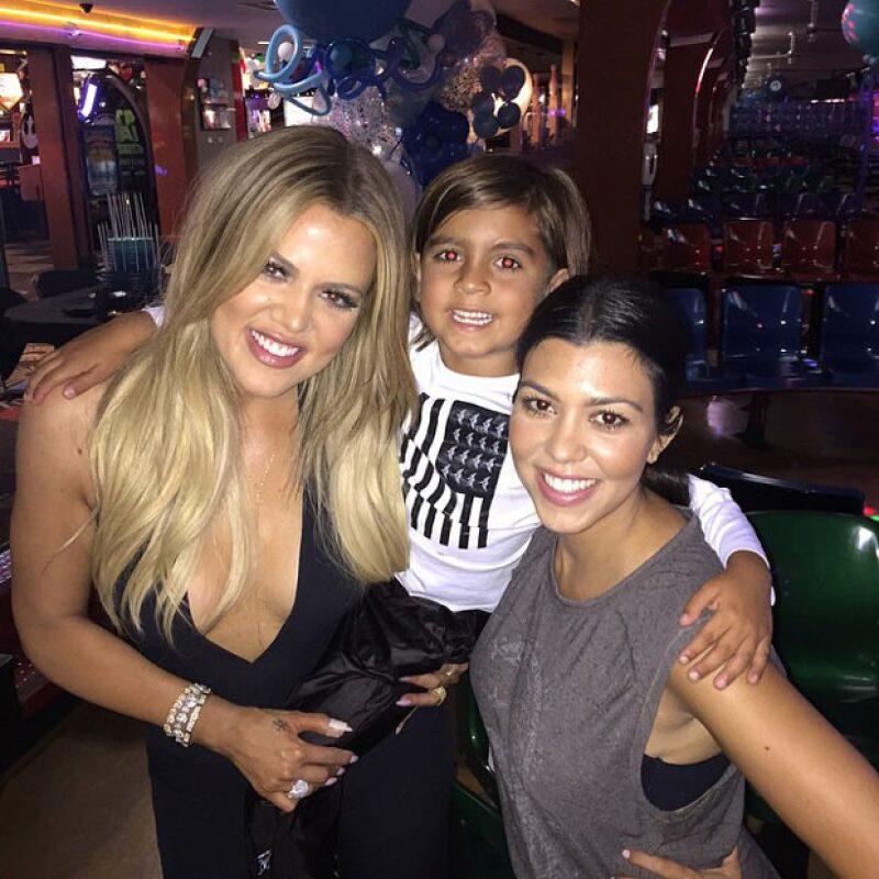 Aun sin Kim y sin Kendall, la menor de las hermanas Kardashian festejó su cumpleaños jugando boliche, en compañía de sus amigos, así de como sus hermanas Kourtney y Kylie.