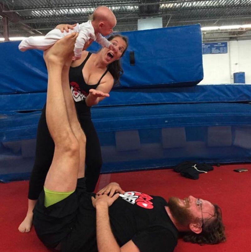 Ahora la pareja practica con su bebé.