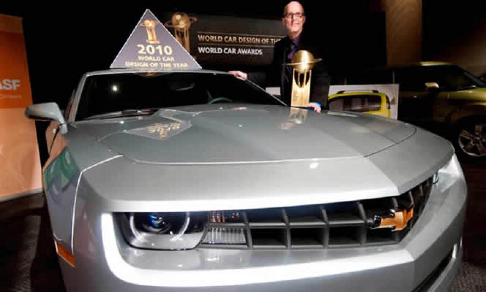 """El Chrevrolet Camaro fue reconocido en el Autoshow Internacional de Nueva York 2010 con el """"World Car Design of the Year"""". El premio lo recibió Tom Peters, Director de Diseño Chevrolet para Vehículos de Alto Desempeño."""