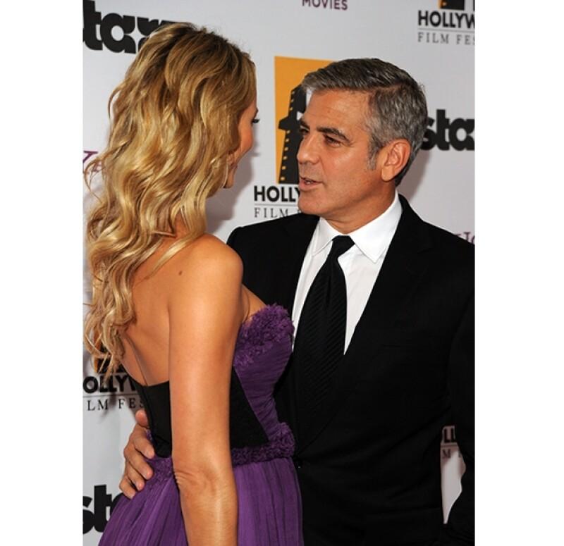 Stacy Keibler, nuevo romance del actor, llamó la atención con un sexy vestido morado en la gala de los Hollywood Film Awards.