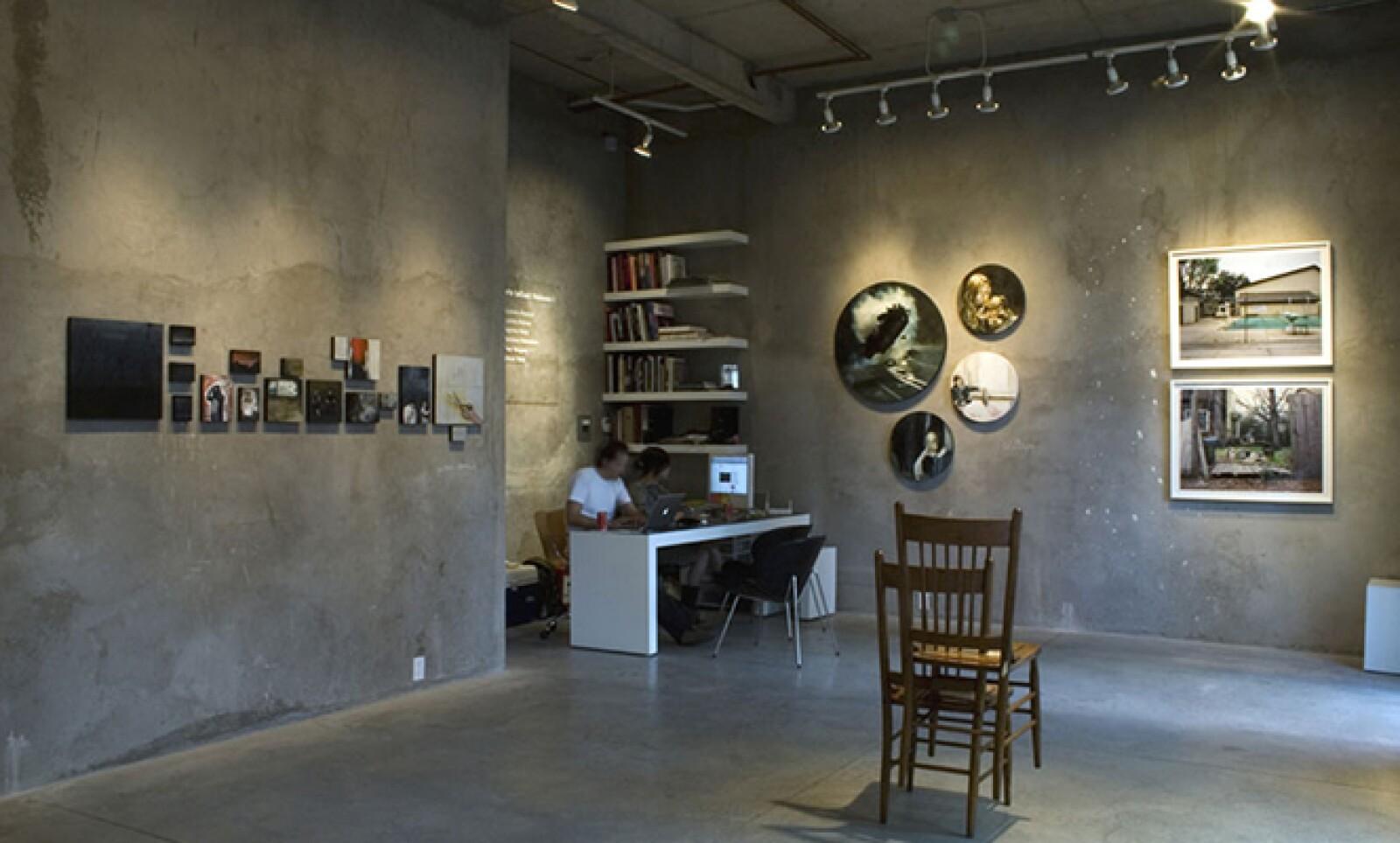 Apoya la carrera de artistas emergentes y ofrece espacio para vincular al público con el arte exhibido.