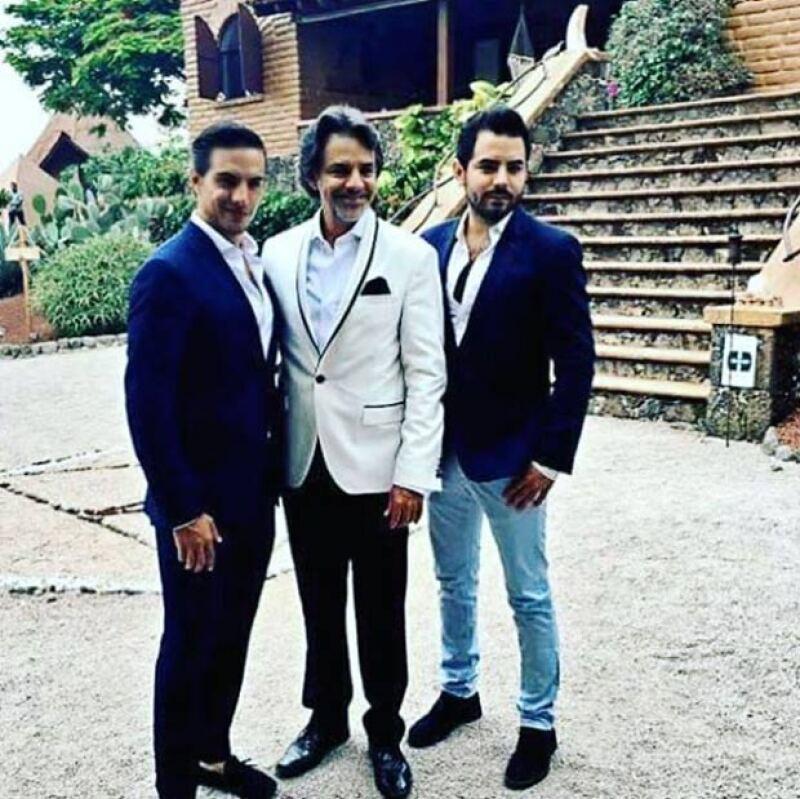José Eduardo junto a su papá y hermano en la boda de Aislinn y Mauricio.