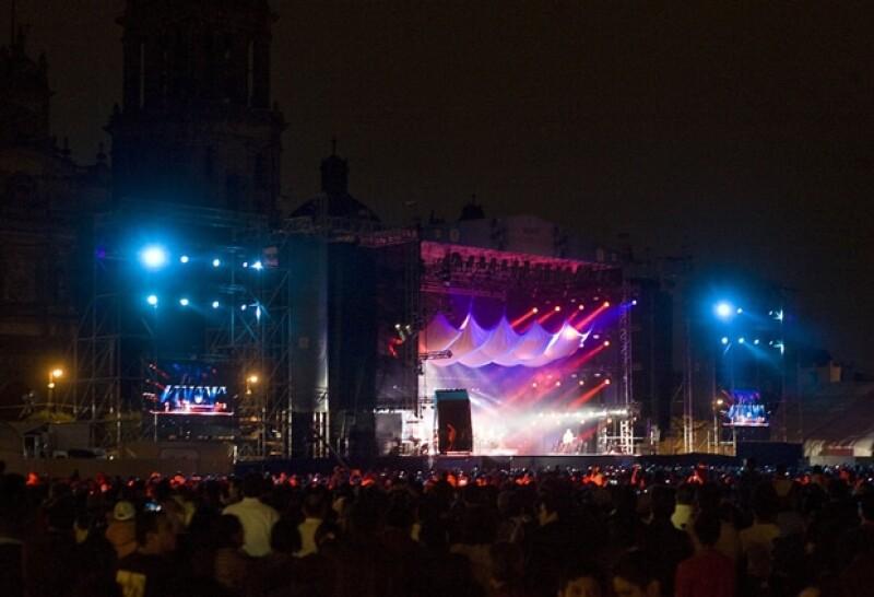 Ayer domingo el cantante español se presentó en el Zócalo de la Ciudad de México, donde se reunieron 100 mil personas para cantar con él.