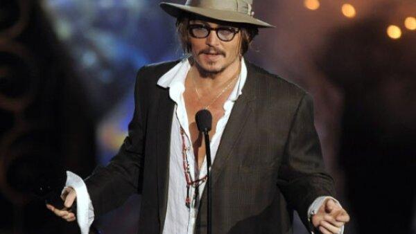 Johnny Depp lució emocionado de presentar el premio Rock Immortal.