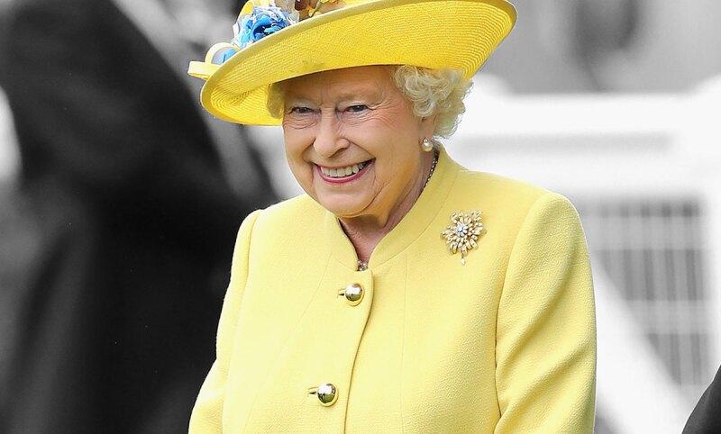 Queen-elizabeth-reina-isabel-come-platano