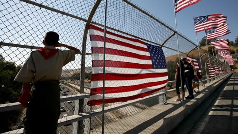 Un boy scout saluda a la bandera