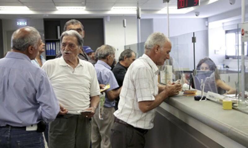 Los ciudadanos pueden hacer transferencias hasta que se alcance el techo mensual permitido a cada banco. (Foto: Reuters)