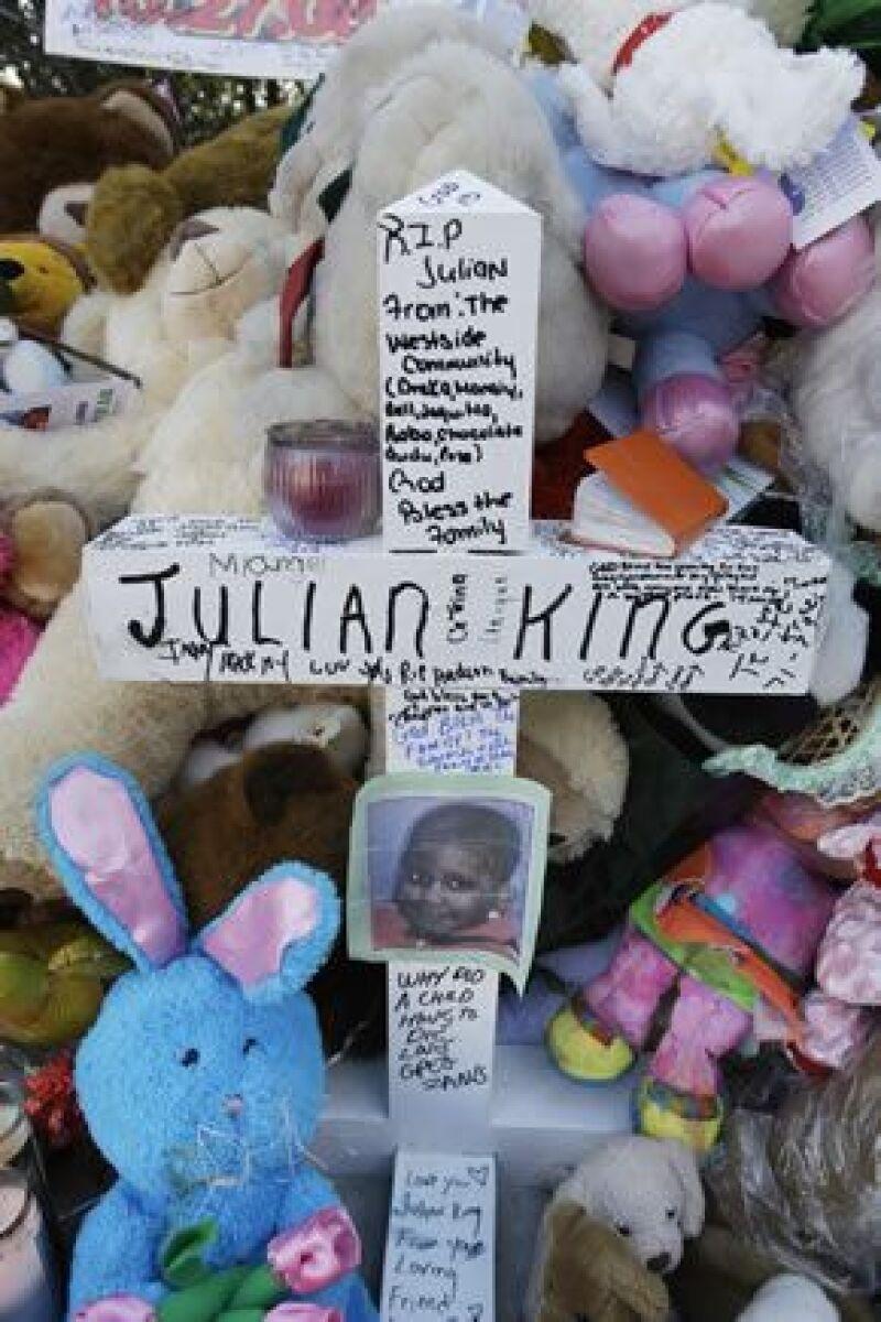 Julian King fue encontrado el lunes pasado dentro de un coche robado abandonado en una calle de Chicago, cuatro días después del asesinato de su madre y su tío.