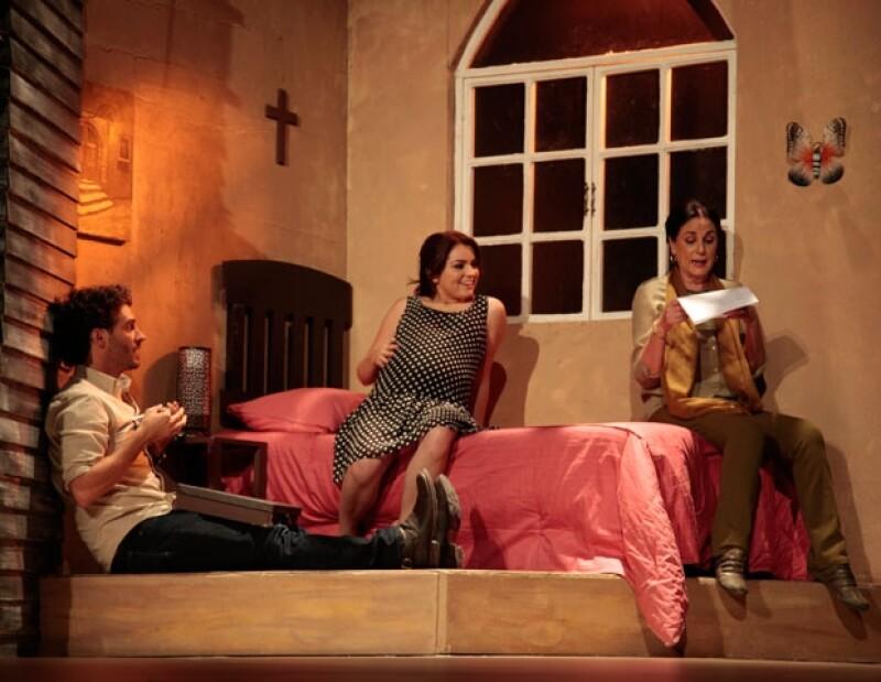 La adolescente ofreció su primera función como actriz de la puesta en escena El Cartero, ahí comparte créditos con Ignacio López Tarso y Helena Rojo.