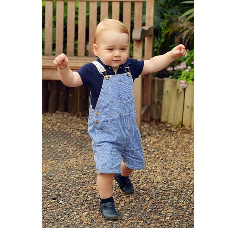 Ayer se publicó un nuevo retrato oficial del pequeño royal por motivo de su próximo y primer cumpleaños en el que el hijo de los duques de Cambridge ya da sus primeros pasos sin ayuda de mamá.