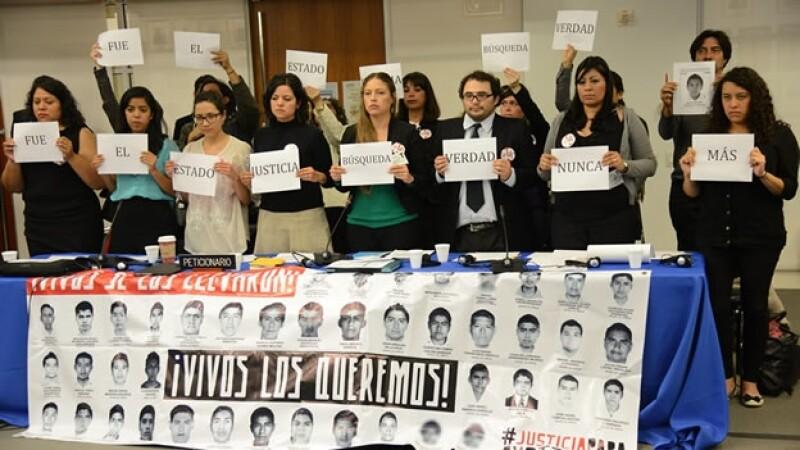 Manifestantes muestran imágenes de los 43 desaparecidos en sesión de la CIDH