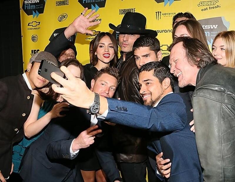 El elenco no se resisitió y cayó en la moda de las selfies.