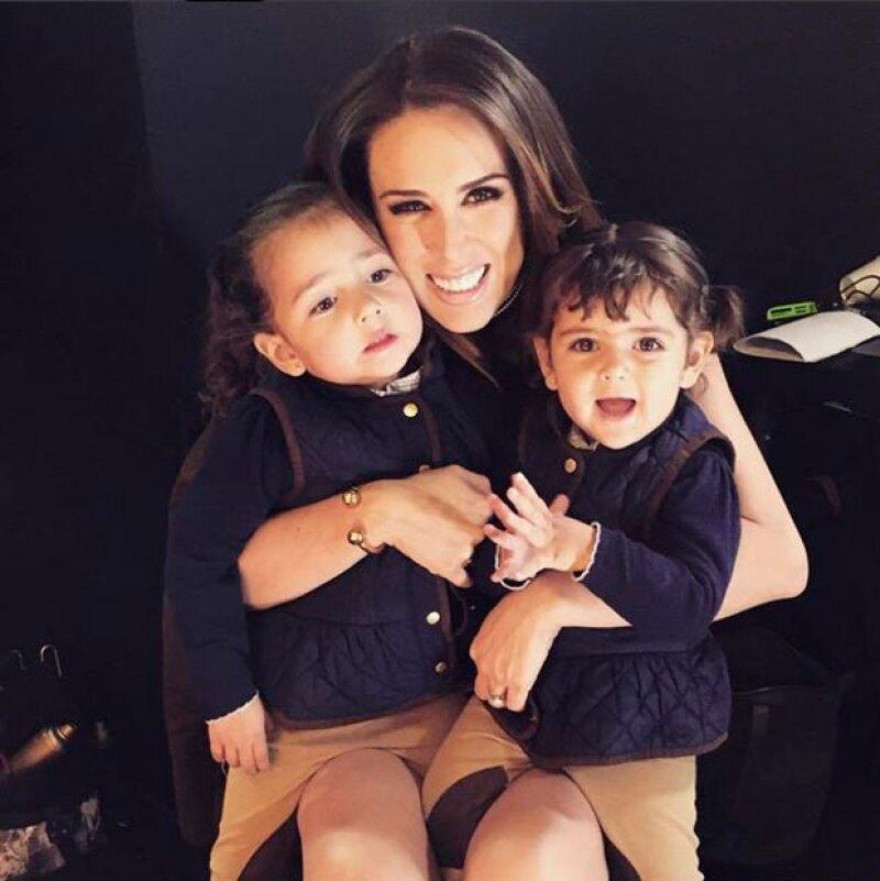Jacky posando junto a sus dos hijas, Jacqueline y Caro, en la espera de su tercer bebé.