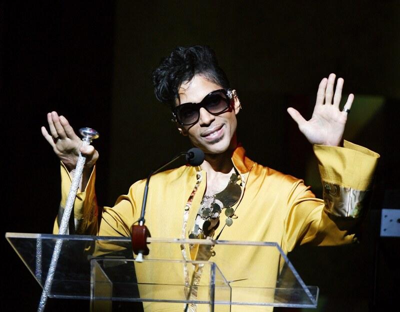 Los hermanos de Prince pelean por el legado del artista que falleció recientemente a los 57 años.