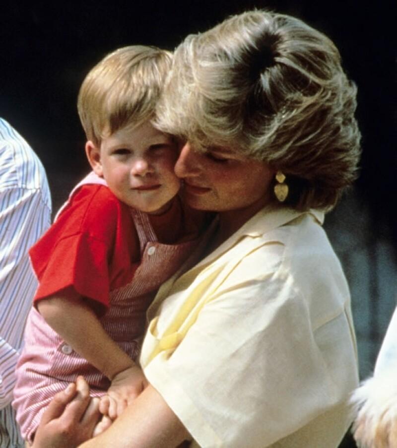 Enrique es el hijo menor de la desaparecida Diana de Gales.