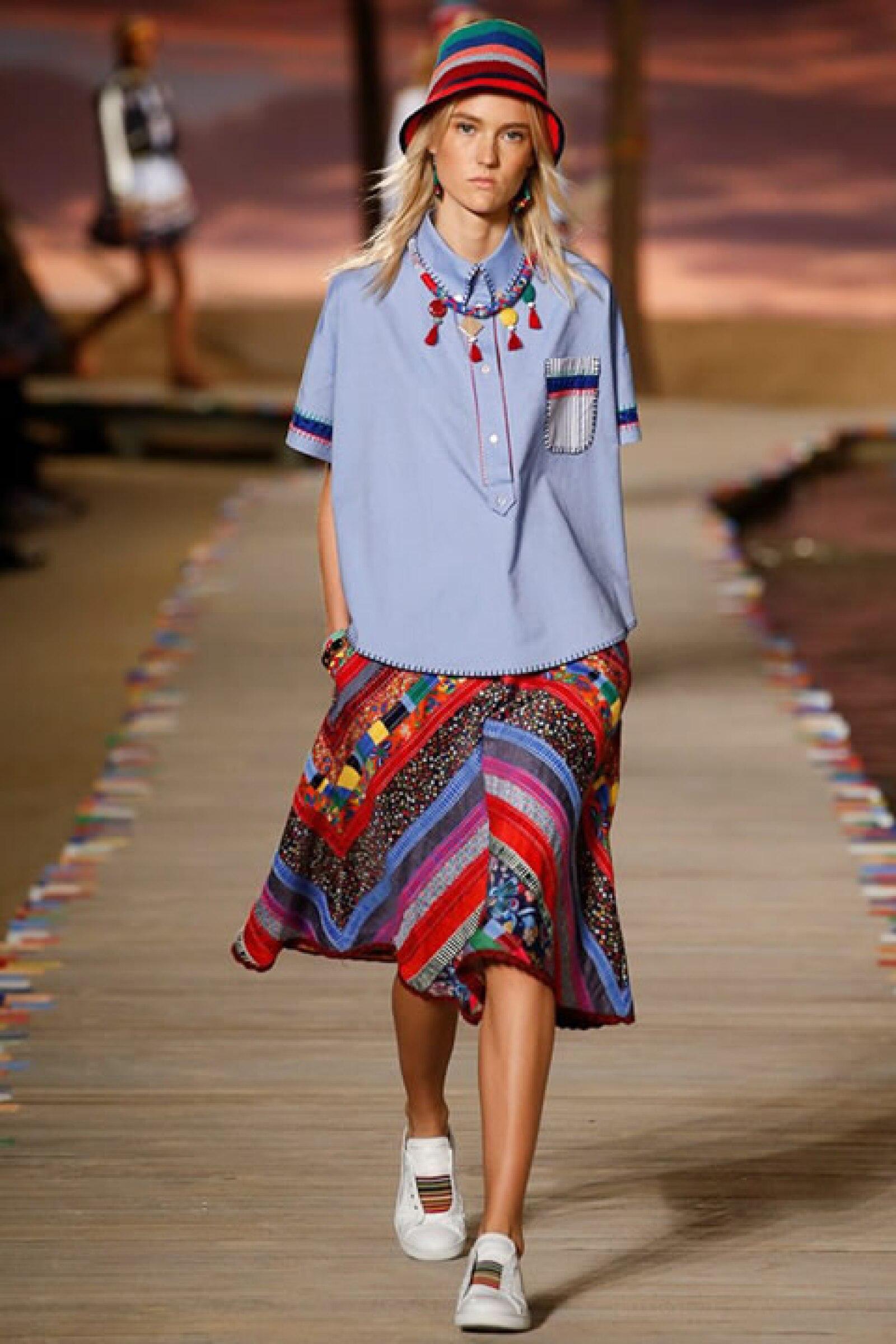 Camisa en azul Oxford, falda de patchwork rayada y sneakers.