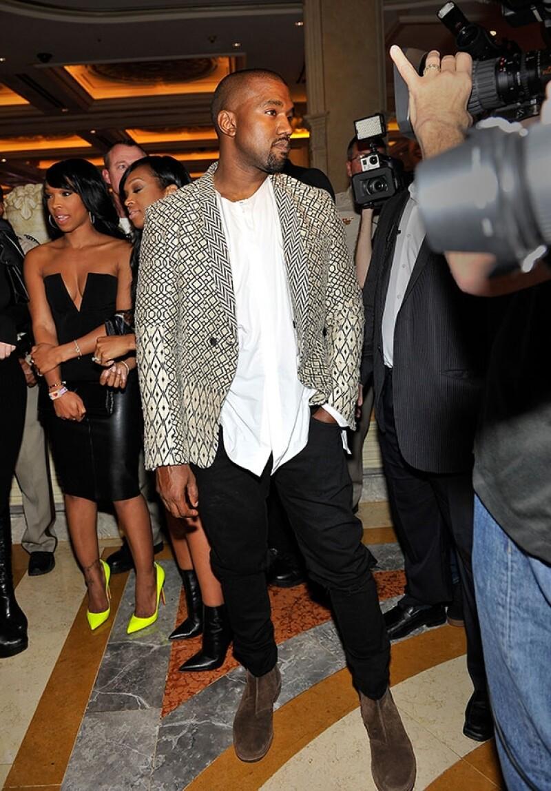 El rapero estuvo con su esposa durante toda la fiesta. Vistió de acuerdo a la ocaisón y también a su extravagante estilo.