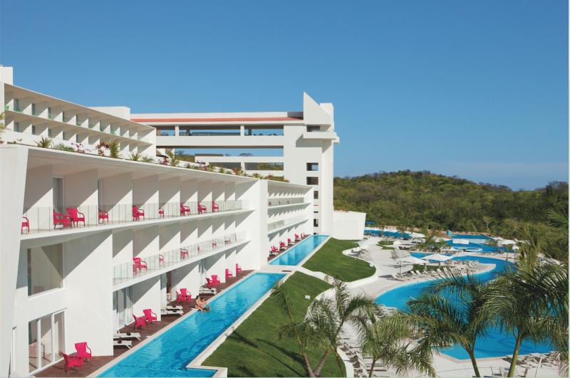 Para lucir las albercas entre edificios. Una delicia de Secrets Huatulco Resort & Spa.