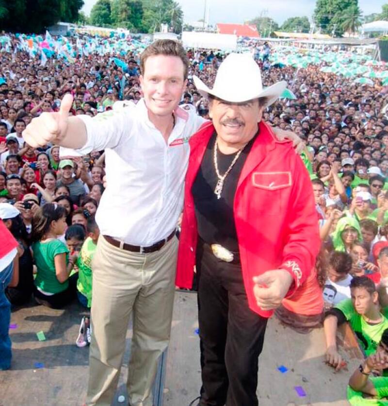 Manuel Velasco también publicó una fotografía en la que aparece con el cantante.