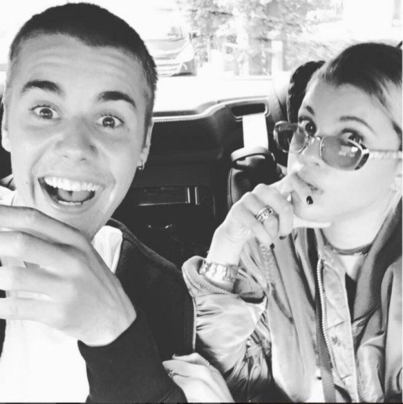 Las fotos que publicó el cantante con su nueva novia no fueron del agrado de sus fans y amenazó con volver privada su cuenta de Instagram.