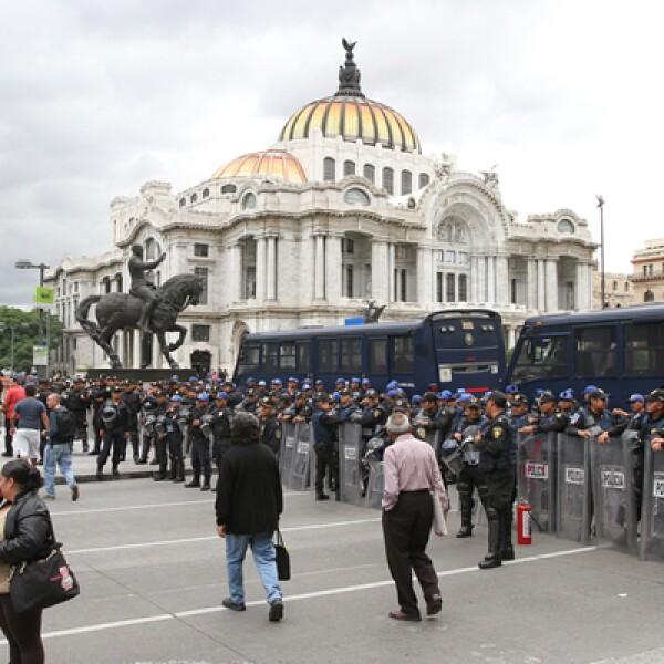Otro grupo de manifestantes partió del Hemiciclo a Juárez rumbo al Zócalo, por lo que las autoridades movilizaron fuerzas policiacas para detener su avance.