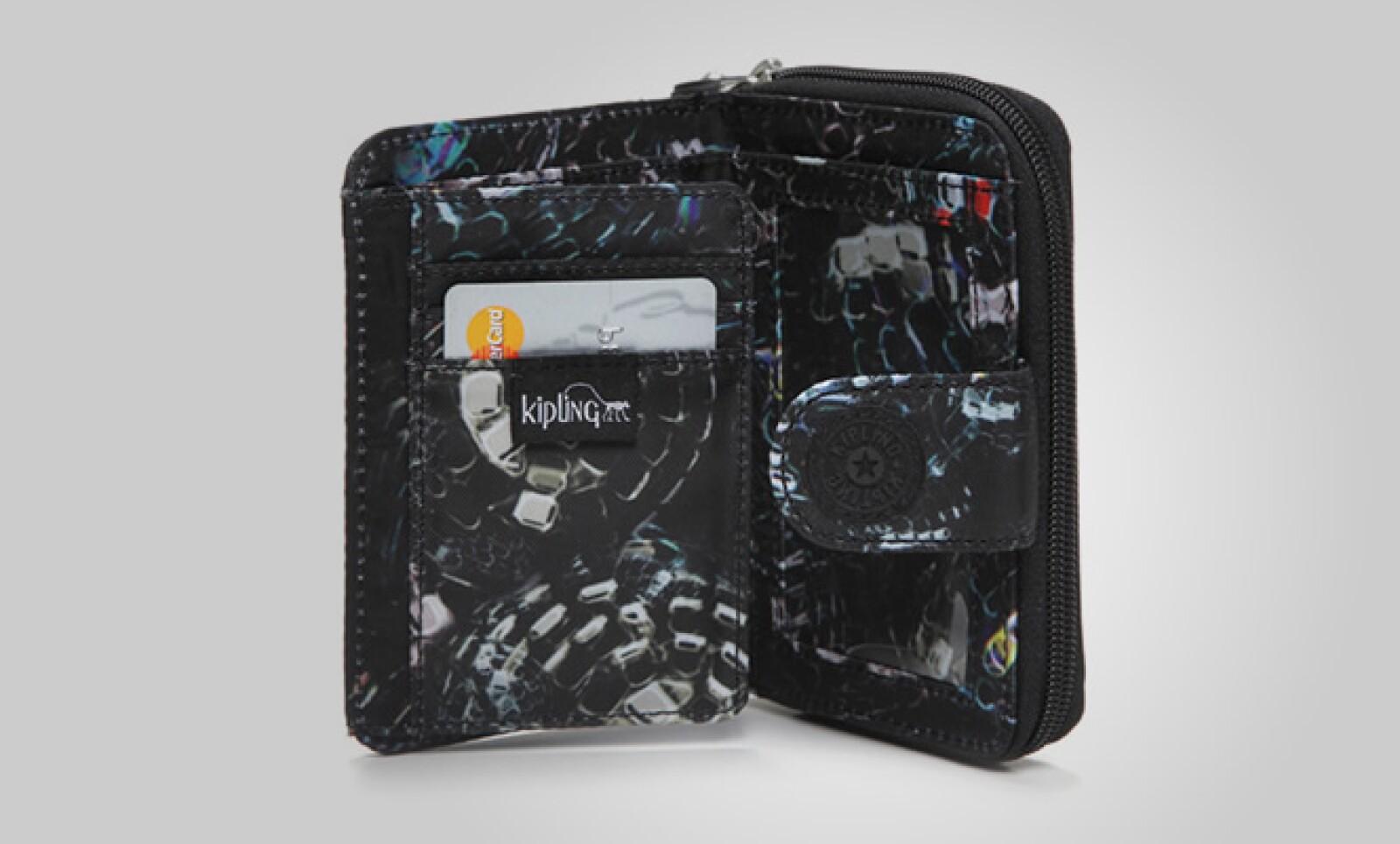 Una cartera con doble pliegue puede ser ideal para llevar todas tus pertenencias en un pequeño espacio.