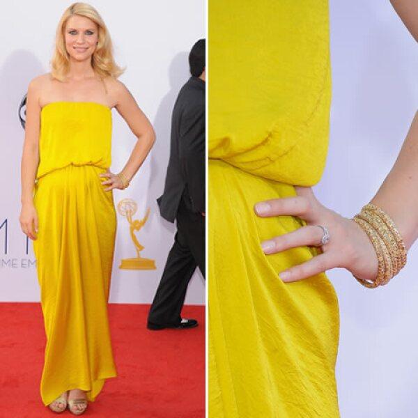 Los brazaletes de oro de Lorraine Schwartz de la ganadora del Emmy sumaron perfecto minimalismo al look de la actriz.