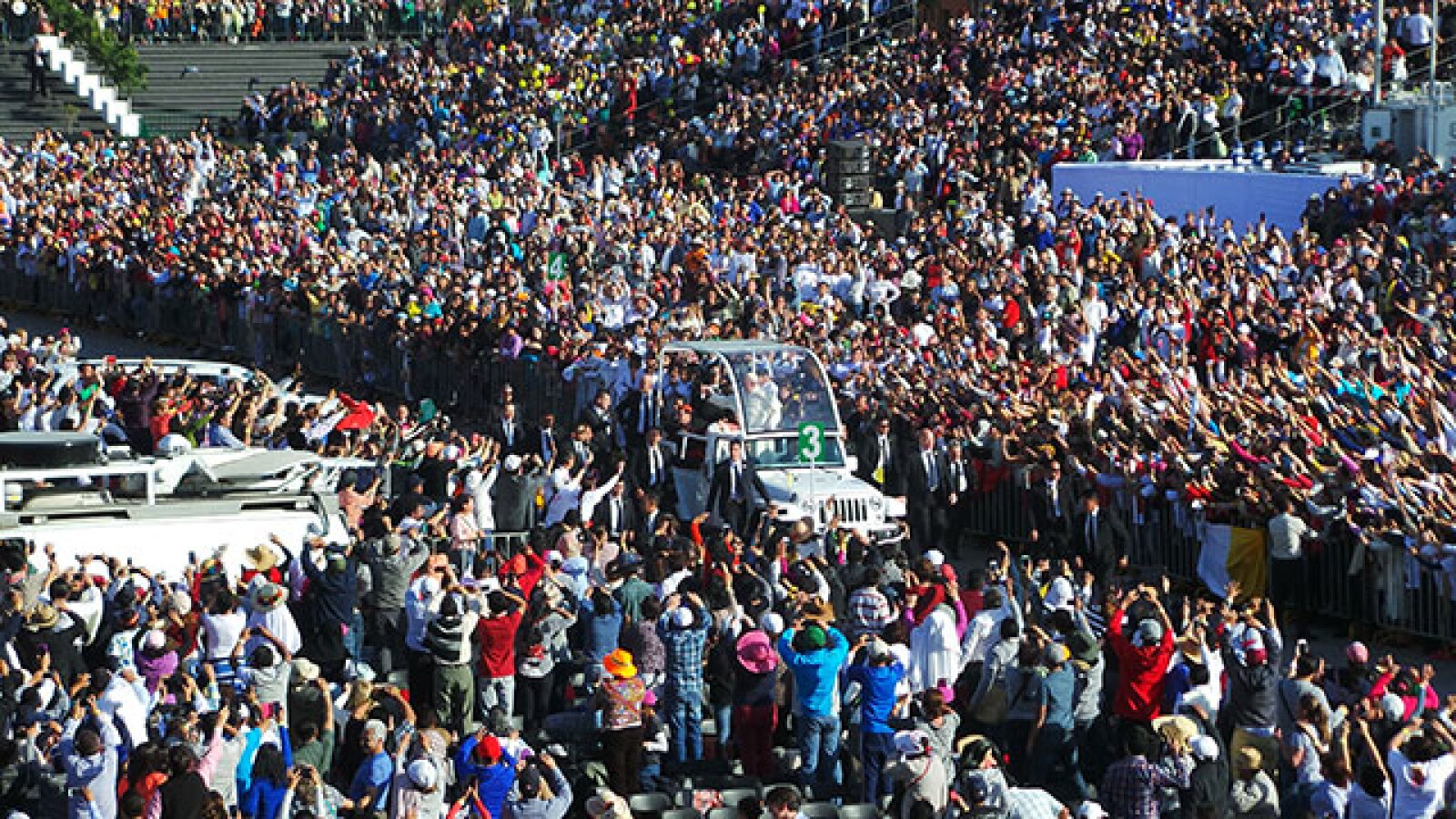 Miles de fieles acudieron a saludar al Pontífice.