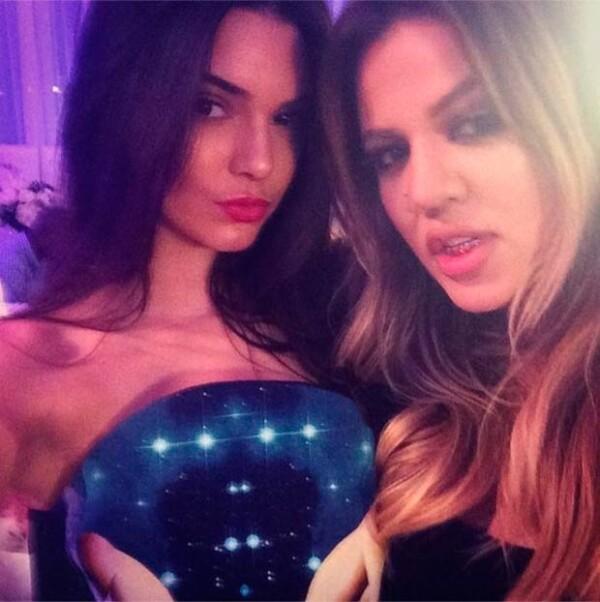 Khloé y Kendall posan sexys en una selfie.