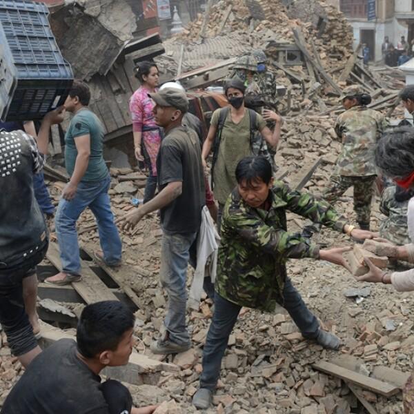 Nepal sismo rescate escombros