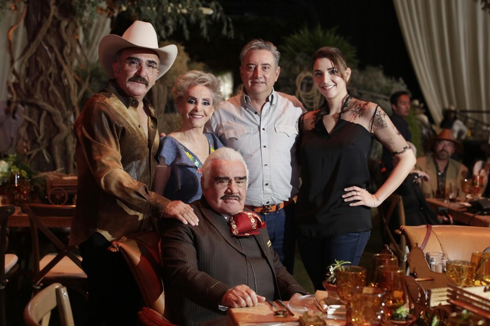 Vicente Fernández Jr, Cuquita, Gerardo Fernández, Alejandra Fernández y Vicente Fernández
