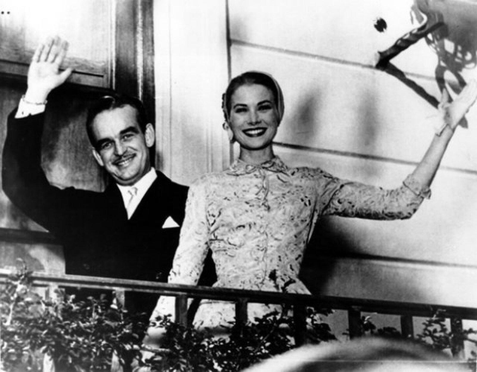 Rainiero y Grace se conocieron en Mónaco, cuando ella rodaba una película. Él visitó el hotel donde se hospedaba, desde que la vio quedó impresionado con ella y comenzó a buscarla.