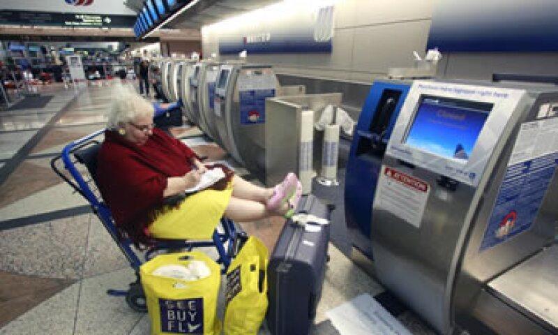 Se formaron largas filas de pasajeros en los aeropuertos de San Francisco, Los Angeles, Denver  y Chicago. (Foto: AP)