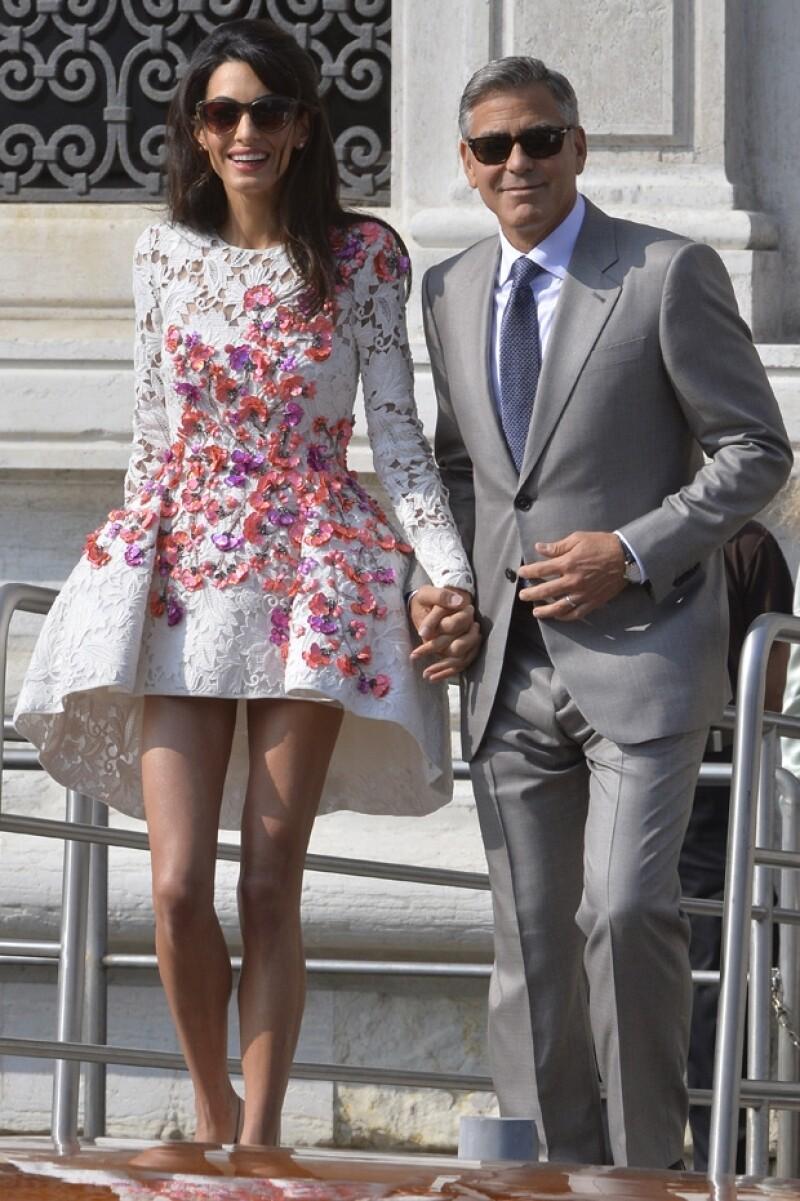 Sr. y Sra. Clooney hicieron su primera aparición pública como marido y mujer, a bordo de un taxi acuático, George y Amal se veían felices y enamorados.