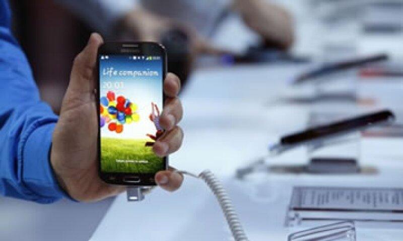 El diario WSJ reportó que algunas funciones del teléfono promovidas en el escenario no estaban listas aún. (Foto: Reuters)