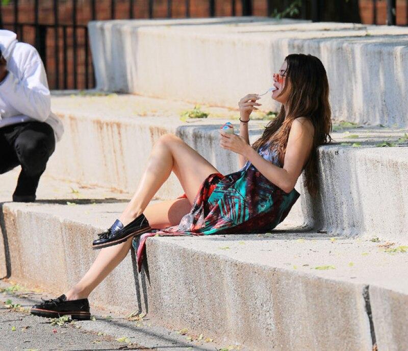 Posteriormente, la cantante se relajó comiendo un helado.