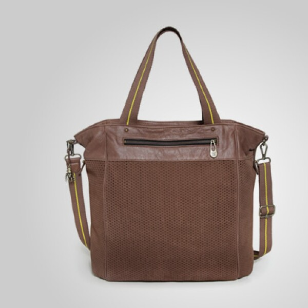 Con un estilo más clásico, esta bolsa está fabricada en piel y tiene espacio para tu computadora portátil.