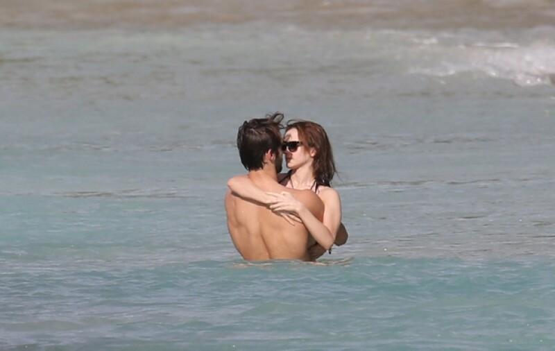 Emma y Matthew disfrutando el mar de manera romántica.
