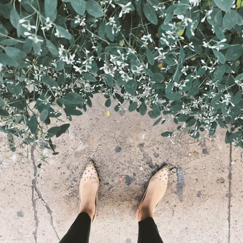 Los pies con fondo, luciendo tus zapatos.
