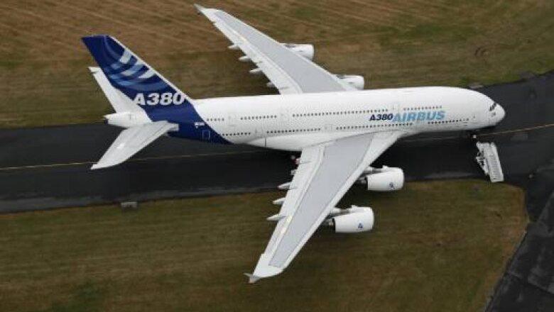 La aeronave 380 de Airbus tiene una capacidad de hasta 800 pasajeros, superando al titánico Boeing 747 como el avión más grande del mundo; el fabricante indicó que además tiene un consumo reducido de combustible y produce menores emisiones de CO2.