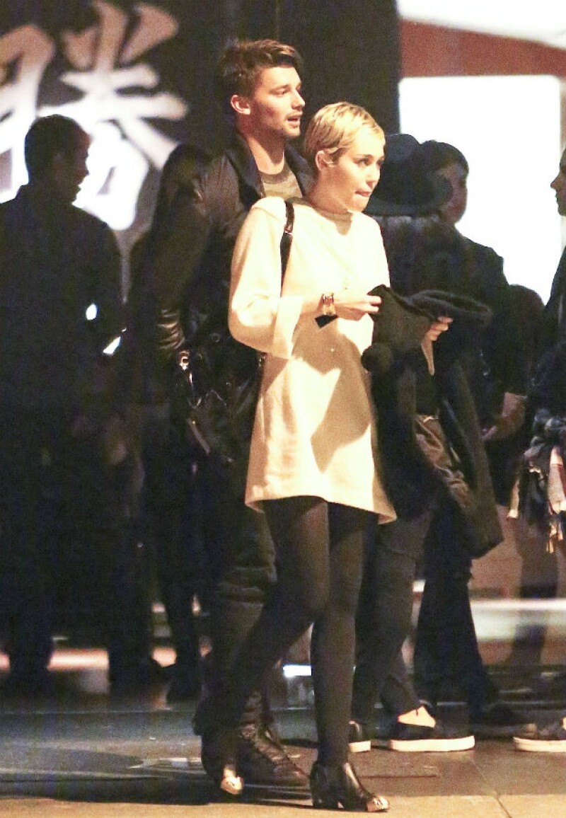 Miley y Patrick a su salida de un restaurante de comida japonesa en Los Angeles.