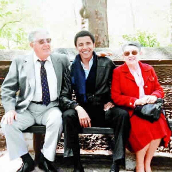 En octubre de 2008, Obama suspendió su campaña y fue a Hawai para estar con Madelyn Dunham, su abuela materna. quien murió un día antes de la elección que ganó.
