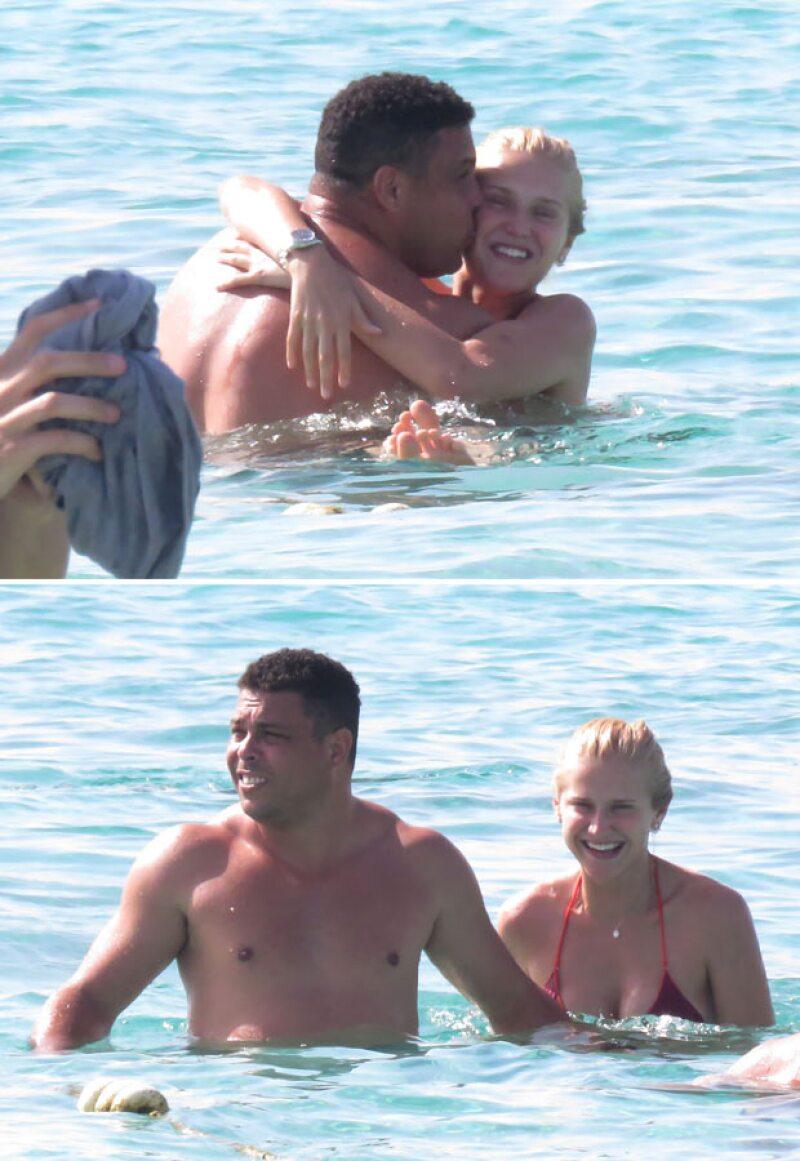 El futbolista fue captado durante sus vacaciones por Formentera, España, junto con su novia, a quien se le veía muy contenta.