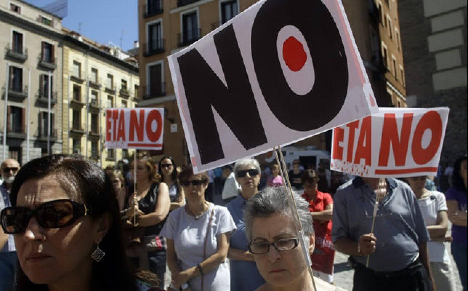 Dos guardias civiles fueron asesinados el jueves durante el último atentado atribuido por el Gobierno de España a la banda separatista vasca ETA, en Mallorca. El viernes se condenó este atentado con marchas de silencio. Los eventos coinciden con el 50 ani