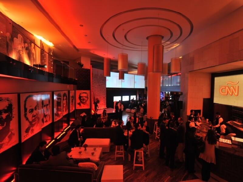 El coctel se realizó en el restaurante Plaza 77 donde colocaron imágenes de los personajes que Aristegui ha entrevistado