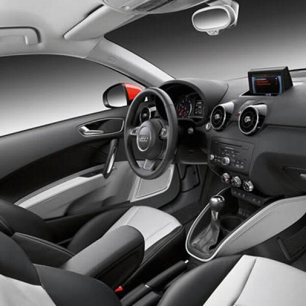 """En el interior tiene una pantalla retráctil de 6.5"""" que permite controlar funciones del automóvil, como el sistema de navegación en 3D y la posibilidad de visualizar Google Maps."""