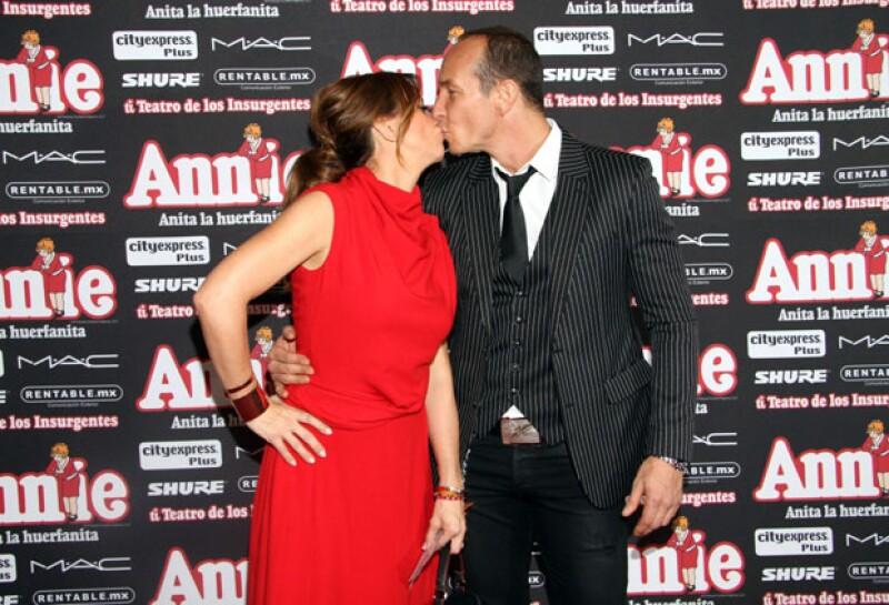 Un beso de amor fue el que compartieron Erik y Andrea en la alfombra roja.