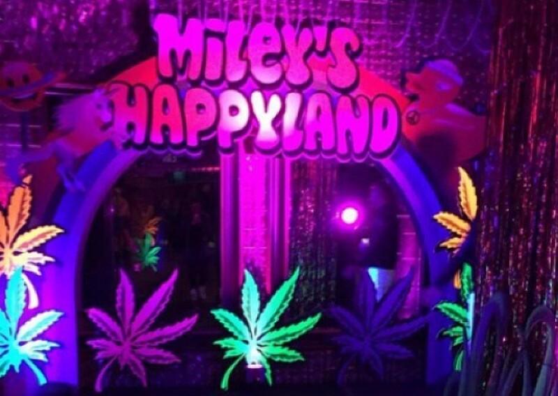 Así lucía la entrada a la exclusiva fiesta que Miley disfrutó con amigos y su nuevo novio.