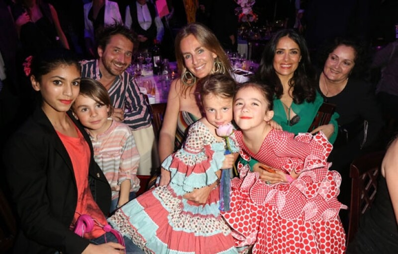 Salma posando con su hija, su madre Diana Jiménez (extrema derecha) y otro grupo de invitados.